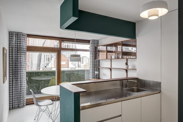 Kitchen view. Ben Jonson House, Barbican, London, United Kingdom. Architect: Emulsion Architects , 2016.